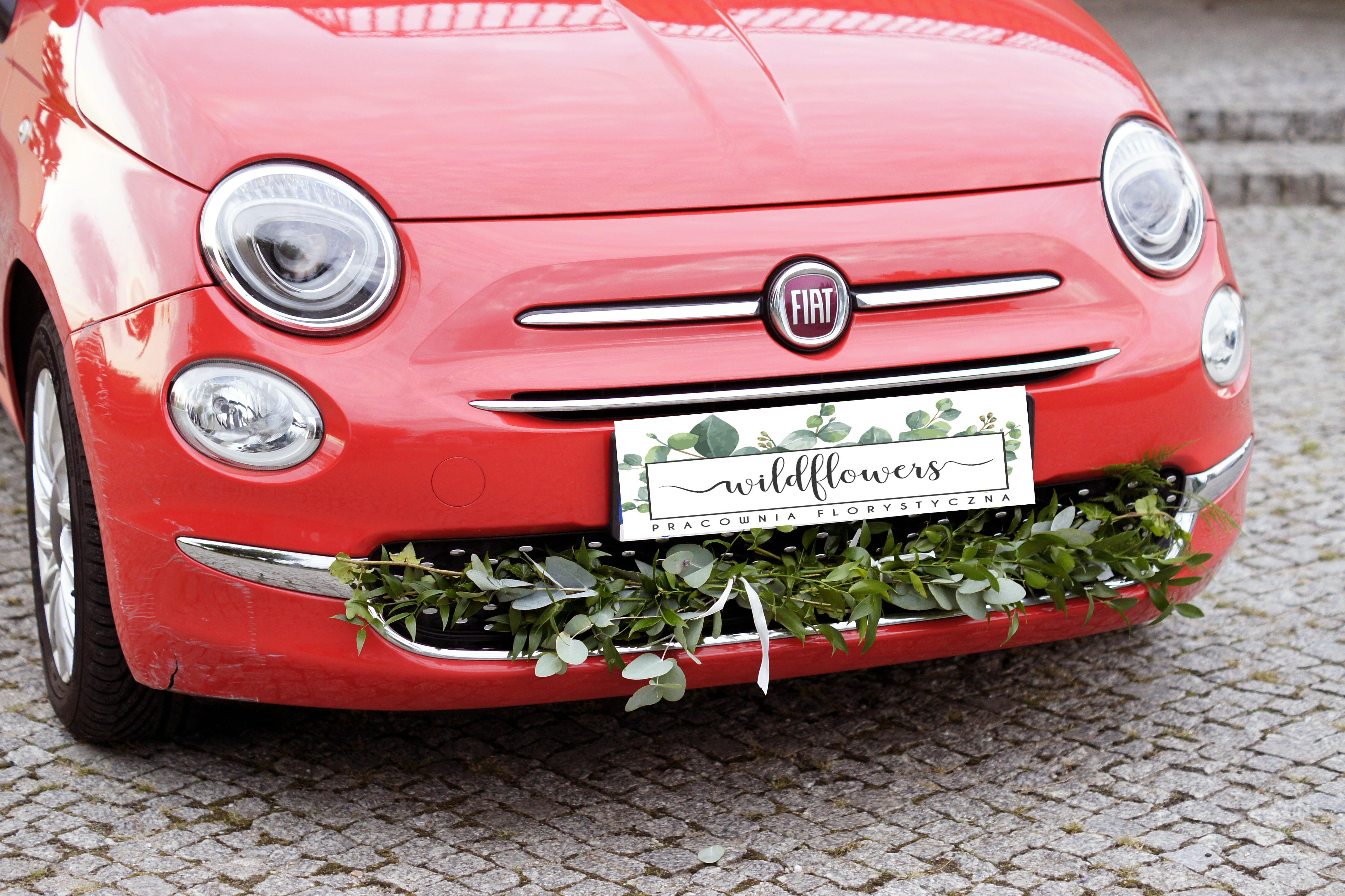 Przód samochodu ozdobiony kwiatami